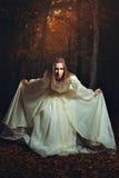 Красивый bowing женщины в лесе фантазии стоковая фотография