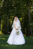 Красивый bridal букет в руках молодой невесты одел в белом платье свадьбы Стоковое фото RF
