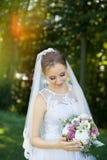 Красивый bridal букет в руках молодой невесты одел в белом платье свадьбы Стоковое Изображение