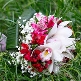 Красивый bridal букет лилий и роз на свадебном банкете Стоковое фото RF