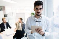 Красивый CEO (главный исполнительный директор) бизнесмена работая в офисе Стоковая Фотография RF