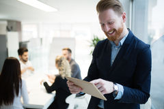 Красивый CEO (главный исполнительный директор) бизнесмена работая в офисе Стоковые Изображения