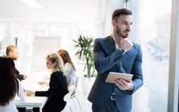 Красивый CEO (главный исполнительный директор) бизнесмена работая в офисе Стоковые Изображения RF