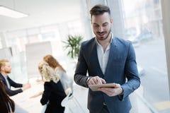 Красивый CEO (главный исполнительный директор) бизнесмена работая в офисе Стоковые Фото