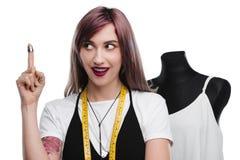 Красивый excited needlewoman с кольцом указывая вверх Стоковое фото RF