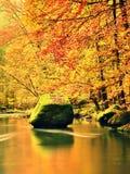 Красивый Fall River выравнивается с утесами песчаника, большими валунами Стоковые Фото