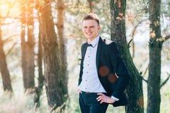 Красивый groom на невесте смокинга свадьбы усмехаясь и ждать Стоковые Фото