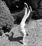 Красивый Handstand девушки Стоковая Фотография RF
