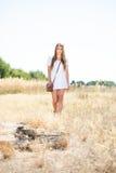 Красивый hippie смотря девушку причаливая пню дерева на луге Стоковое Изображение RF
