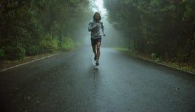Красивый jogger бежать в экзотической области Стоковые Фото