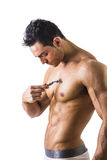 Красивый Muscled молодой человек брея его комод Стоковые Фотографии RF