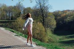 Красивый Outdoors молодой женщины Насладитесь природой стоковые изображения rf