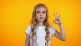 Красивый preteen жест ок показа девушки, рекомендуя обслуживания, хорошее качество видеоматериал