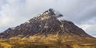 Красивый pyramidal пик Mor Buachaille Etive в гористых местностях Шотландии стоковое изображение