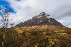 Красивый pyramidal пик Mor Buachaille Etive в гористых местностях Шотландии стоковое изображение rf