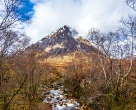 Красивый pyramidal пик Mor Buachaille Etive в гористых местностях Шотландии стоковые фотографии rf