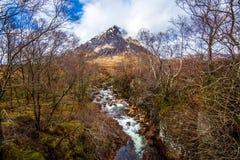 Красивый pyramidal пик Mor Buachaille Etive в гористых местностях Шотландии стоковое фото
