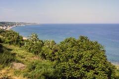 Красивый seascape весны с зеленой травой и деревьями стоковые фотографии rf