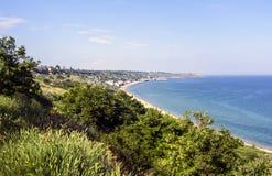 Красивый seascape весны с зеленой травой и деревьями Стоковые Изображения RF