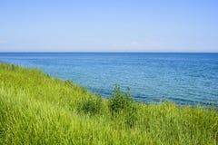 Красивый seascape весны с зеленой травой стоковая фотография rf