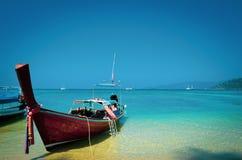 Красивый seascape пляжа в Таиланде и тайских традиционных шлюпок на побережье стоковая фотография rf