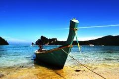 Красивый seascape с голубой шлюпкой на заливе побережья тропическом красочном с чистой водой Стоковое фото RF
