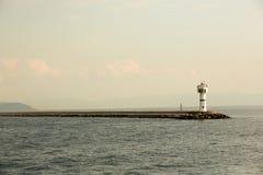 Красивый seascape с маяком Штиль на море и маяк на пристани Малый маяк в бесконечном море Ландшафт Стоковые Изображения RF
