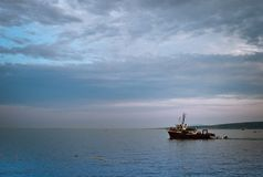 красивый seascape с облаками и плавание рыбацкой лодки рядом с томбуями стоковое фото rf