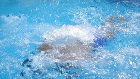 Красивый sporty человек плавая через бассейн с ясным открытым морем Молодые плавание парня и наслаждаться воссоздание на курорте  видеоматериал