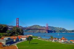 Красивый touristic взгляд моста золотого строба, иконического ориентир ориентира конструкции в городе Сан-Франциско Стоковые Фото