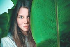 Красивый womant портрет завода стоковые фото