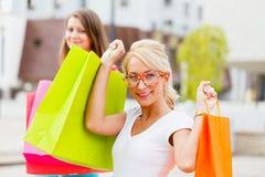 Красивыми ходить по магазинам веденный подругами Стоковое Фото
