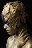 Красивым женщина покрашенная золотом в изображении схематической красоты опирающийся на определённую тему стоковое фото