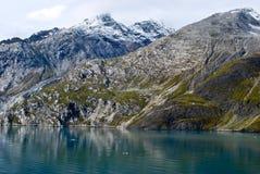 Красивым покрытая снегом вода горы и ледника в Аляске стоковая фотография