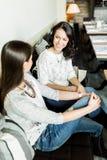 2 красивых дамы говоря в баре Стоковое фото RF