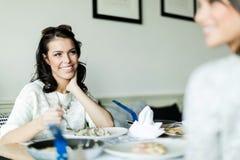 2 красивых дамы есть в ресторане пока имеющ conve Стоковые Изображения RF
