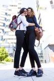 2 красивых аравийских девушки обнимая один другого outdoors Стоковое фото RF