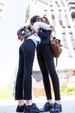 2 красивых аравийских девушки обнимая один другого outdoors Стоковые Изображения