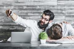2 красивых бизнесмена используя телефон Стоковые Изображения