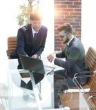 2 красивых бизнесмена обсуждая контракт в современном конференц-зале Стоковое фото RF