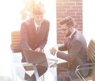 2 красивых бизнесмена обсуждая контракт в современном conferenc Стоковое Фото