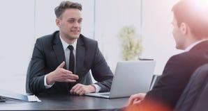 2 красивых бизнесмена работая совместно на проекте в Стоковое фото RF