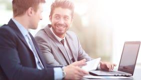 2 красивых бизнесмена работая совместно на проекте в Стоковая Фотография RF