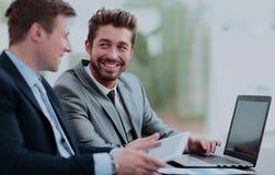 2 красивых бизнесмена работая совместно на проекте в Стоковые Изображения