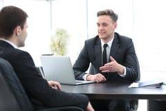 2 красивых бизнесмена работая совместно на проекте в Стоковое Изображение
