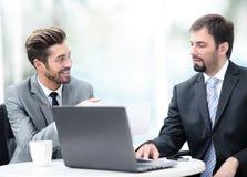 2 красивых бизнесмена работая совместно на проекте в Стоковая Фотография