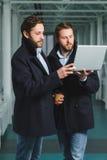 2 красивых бизнесмена работая совместно на проекте на лобби Стоковое Фото
