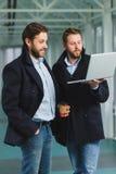 2 красивых бизнесмена работая совместно на проекте на лобби Стоковая Фотография RF