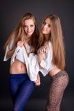 2 красивых близнеца девушек, изолированного на черноте Стоковое Фото