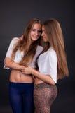 2 красивых близнеца девушек, изолированного на черноте Стоковые Изображения